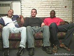 Os homens negros que compartilham de um cara branco engraçado
