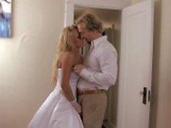 Eben verheiratetes Luder Brooke Belle wird ihre enge Pussy zu Schwänze gepflügte