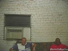 Les hommes noirs partageant le cul d'un gars blanc drôle