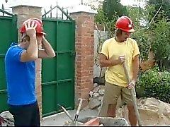 Trabalhadores da construção civil e beber café com dona de casa quente
