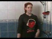 Mädchen mit voll Kleidung unter der Dusche