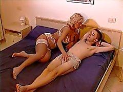 Рогатый блондинку мама и молодые мальчик