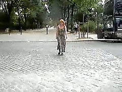 nue sous sa accappatoio transparente