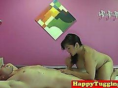Busty cockriding masseuse asiatique et branlette
