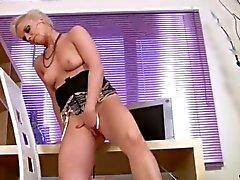 Hot loira cougar Natalie dedos seu bichano para o orgasmo Anilos sozinho durante sua ruptura do escritório