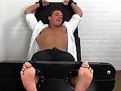 Jacob è vincolato ad una sedia e ama il per ottenere il la punta del piede faceva il solletico