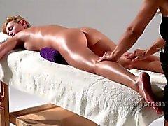 Coxy obtient massage corporel bienveillant