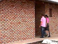 Una giovane coppia in dirige verso verso la casa loro amico , e