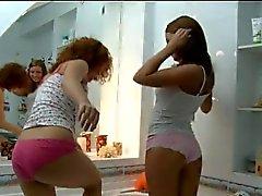 ihre erste Lesben küsst im Badezimmer