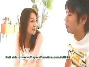 Mai Uzuki viattomia povekas kiinalainen poikasen saa nännit nuolaisi ja suudella