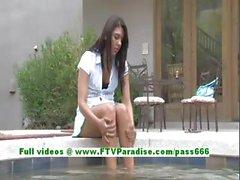 Claire adorable brunette femme de doigter chat de la piscine