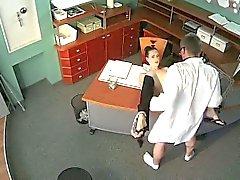 Bir doktor bir güvenlik kam üzerinde odada beklemenin sexy Babe sikikleri