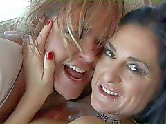 Verworren Lesben reizvolle Zahn Teufel auf der Couch mit einem Spielzeug