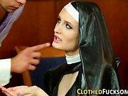 Bekleidete europäische Nonne cum