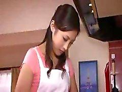 Söt asiatisk tjej får naken , gnuggar fitta , blåser och blir borrad