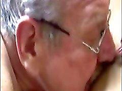 Dikke oude man gaat naar beneden op mooie blonde babes strakke kut