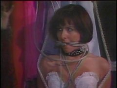 Hottie dans la lingerie blanche liés et de bâillonné
