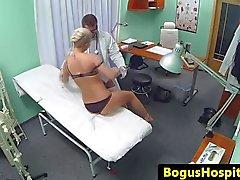 Tettona amatoriale spycam inculata dal suo il medico