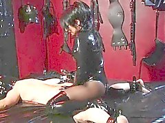 Mistress lo immobilizza scoppi