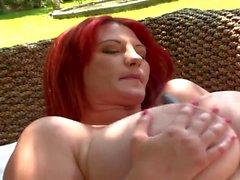 Gros seins nus dans une piscine