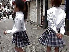 Gay seks hakkında konuşurken okul kızlar üniformalı iki Asya twinks