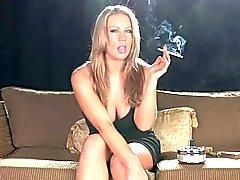 Blonde MILF tupakointi