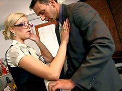 Sekreterare Donna knullade i svart falsas strumpor