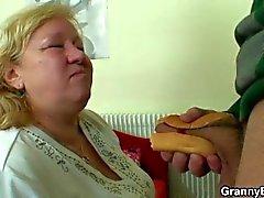 Diye seçer ve iri büyükannem sikikleri