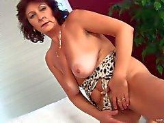 Büyükanne Alma tekrar azgın . Big tanlined birlikte Yaşlı brunette : lanet bir borusunu Pornsharing