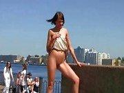 Sexig Lilu visar upp sin rakade fitta på offentlig