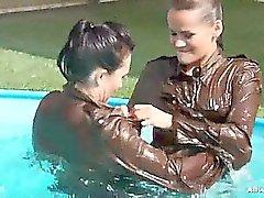 Gina tient action à la piscine , toutes les deux faire