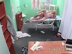 Sahte hastanedeki Sexy bir sarışın lanet bir doctor