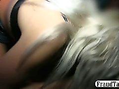 Esposa do foder o motorista do táxi em frente a seu marido
