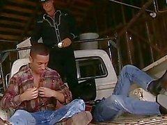 L'uomo batte forte la sua amici culo con la grande vibratore