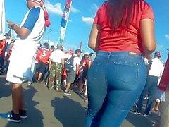 Erstaunlich großer Kolben latina Mädchen in engen Jeans