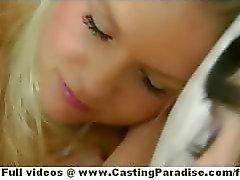 Natalia Rogue ja Aiden Ashley blondi ja brunette lesbo poikaset nukkuminen ja suudella