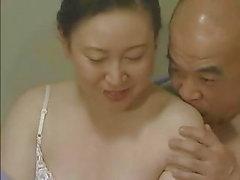 Japonês Kissing Tongue - Casal de idade média Foreplay