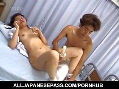 Japanisches Handelsmodell wird mit Dildo und boner im Mund und Geschlecht gefickt