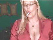 Sexy kypsä blondi osoittaa hänen kamaa tupakoitaessa