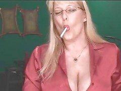 Sexig mogen blondin visar hennes grejer medan rökning