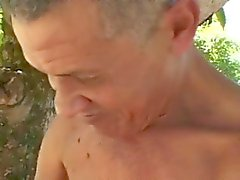 Ugliest vieil homme baise gras d'âge mûr dans des bois