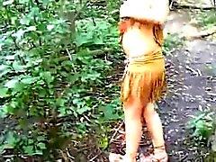 Girl pukeutuneet Intian perseestä kalu metsästä