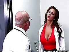Medico di con suocera alla stanza due. blu codice