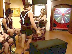 Two kinky stor titted kvinnor som foursomen att spela på dokusåpan
