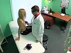 Patiente petite blonde se masser par son docteur