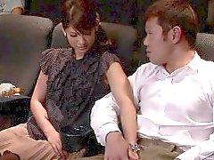 Modelo japonés gf golpeando polla en el cine