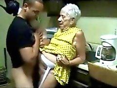 Yaşlı Granny genç bir adam tarafından becerdin alır