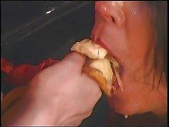 Asya metresi ve meyve ile uğraşırken onu büyük göğüsleri köle