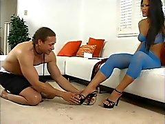 Christina Aguchi de Aziatische dominatrix krijgt voeten en kont likte