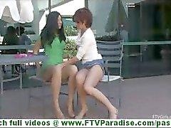 Rita e Madeline super- sensuais lésbicas se beijando e brincando buceta e undessing em público
